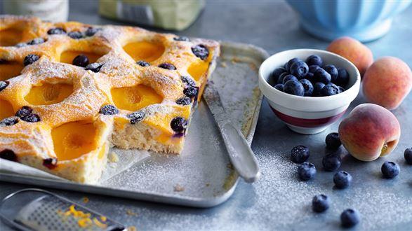 Ciasto z brzoskwiniami i borówkami