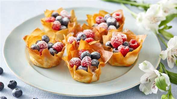 Koszyczki z ciasta filo z kremem i owocami
