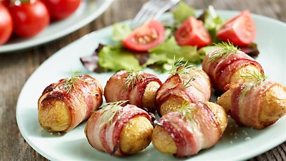 Młode ziemniaki z grilla w boczku