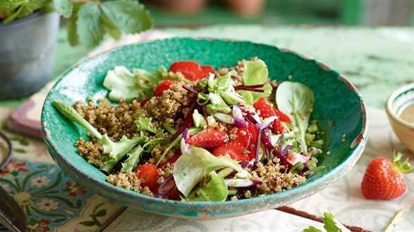 Sałatka z quinoą i truskawkami
