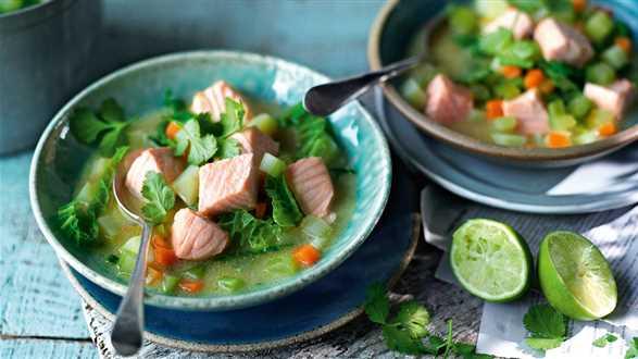 Zupa z kapusty i ziemniaków z łososiem