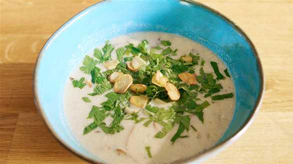 Wegańska zupa pieczarkowa z czosnkiem