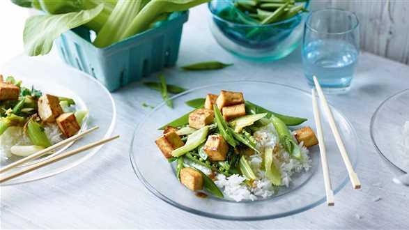 Zielone warzywa smażone z tofu