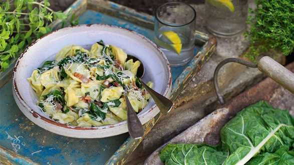 Tortellini z sosem szpinakowym i boczkiem
