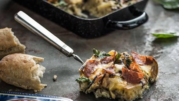Zapiekanka szpinakowa z paluchem z oliwkami, salami i pieczarkami