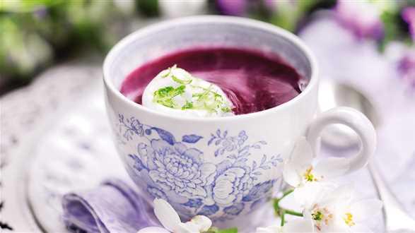 Zupa jagodowa z pianką z białek