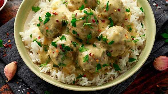 Szwedzkie klopsiki z mięsa wegańskiego z ryżem i sosem