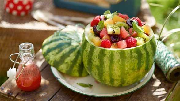 Kolorowa sałatka owocowa z dressingiem z arbuza