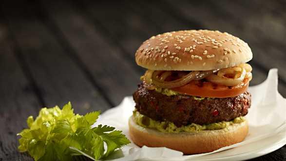 Hamburger z grillowanym pomidorem i cebulą
