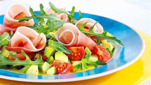 Sałatka z awokado i ogórków z szynką prosciutto