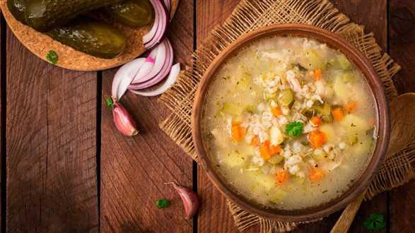 Rosyjska zupa ogórkowa z kaszą pęczak