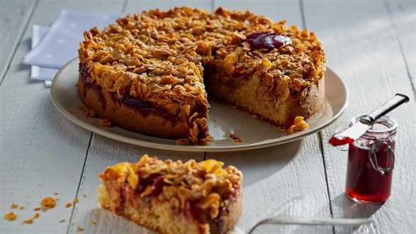 Migdałowe ciasto z jabłkami i konfiturą truskawkową