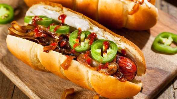 Hot dogi z wegańskimi kiełbaskami i sosem BBQ