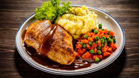 Pierś kurczaka z ziemniakami i marchewką z groszkiem