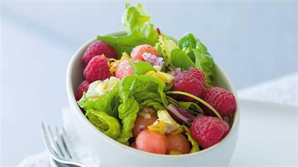 Letnia sałatka z arbuzem i dressingiem cytrynowym