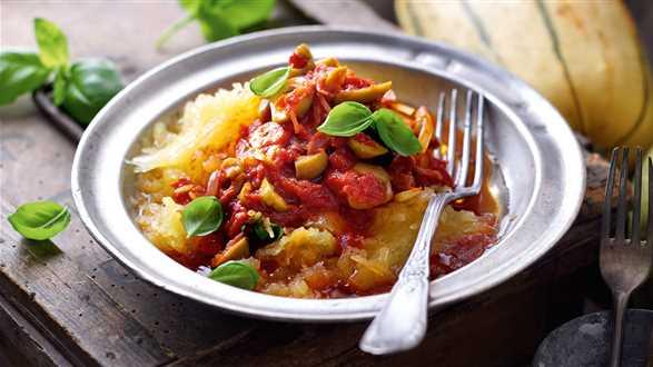 Dynia makaronowa z sosem pomidorowym z oliwkami