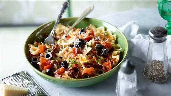 Makaron z pomidorami i oliwkami