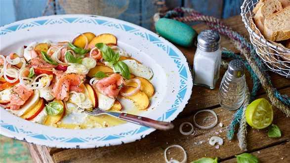 Sałatka caprese z nektarynek i łososia