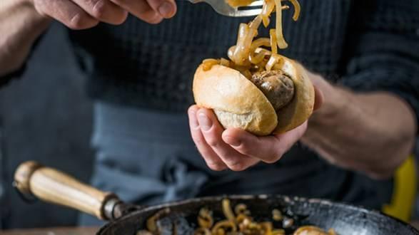 Domowe hot-dogi z białych kiełbasek