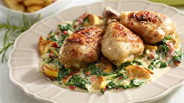 Pieczony kurczak w sezamie na szpinaku z pikantnymi ziemniakami
