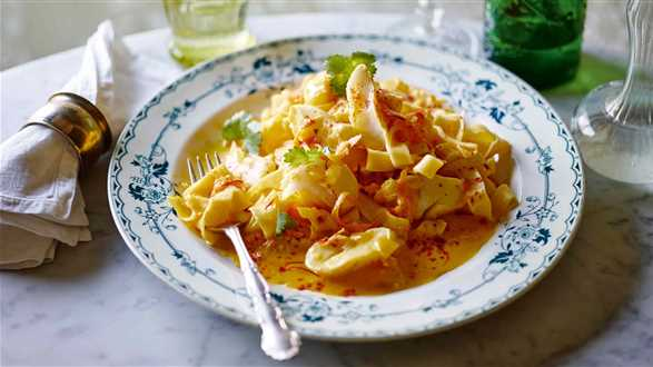 Tagliatelle i dorsz w sosie szafranowo-pomarańczowym