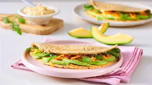 Wegetariańskie wrapy z humusem i warzywami
