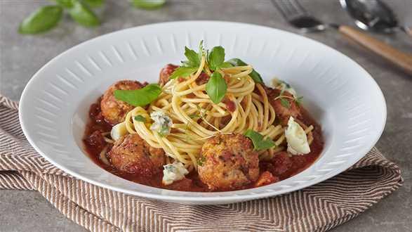 Spaghetti z klopsikami i sosem pomidorowym