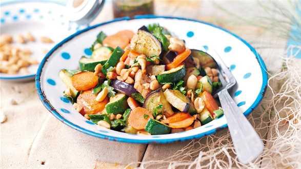 Sałatka warzywna z dressingiem z orzeszków ziemnych