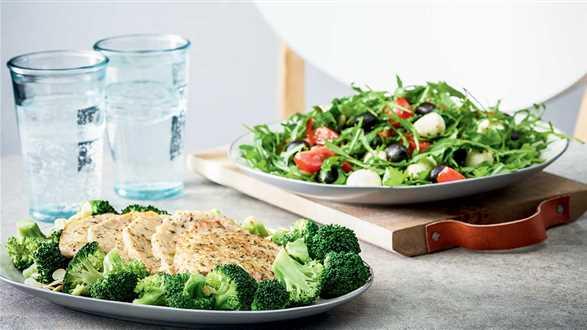 Schab duszony z sałatką i brokułami