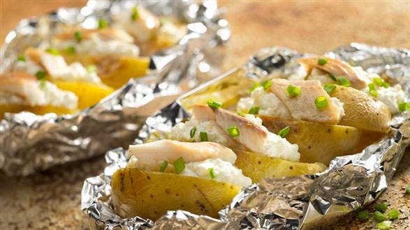 Okrasa łamie przepisy Pieczone ziemniaki z sosem i wędzonym pstrągiem