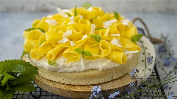 Wegańskie ciasto z kremem kokosowym i mango