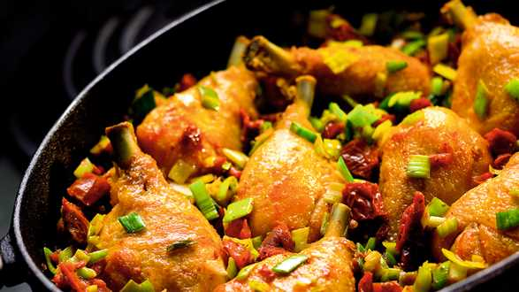 Podudzie kurczaka z pomidorami i porami