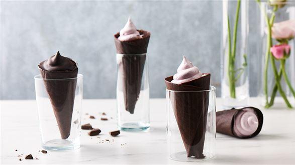 Ciepłe lody malinowe w czekoladowym wafelku