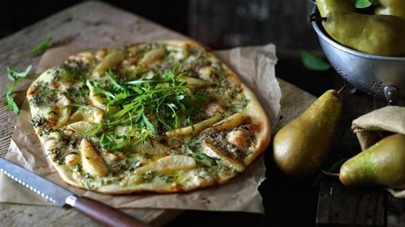 Pizza z gruszką i serem roquefort podawana z rukolą