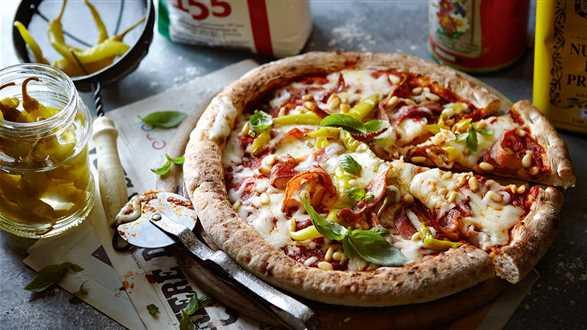 Pizza z papryczką pepperoni i boczkiem