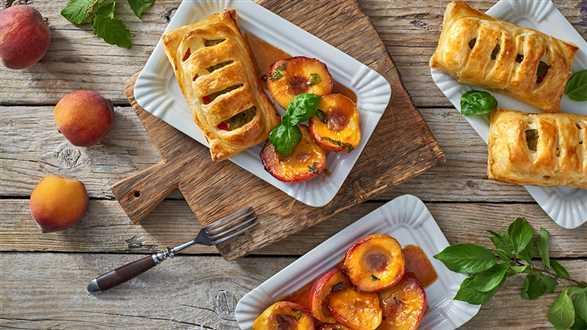 Eskalopki z indyka w cieście francuskim z fetą i pieczoną papryką ze smażonymi brzoskwiniami