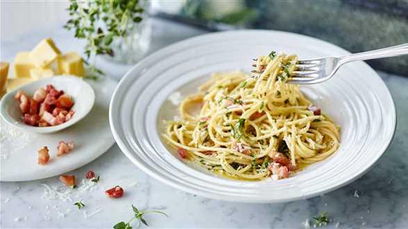 Spaghetti z masłem ziołowym i boczkiem