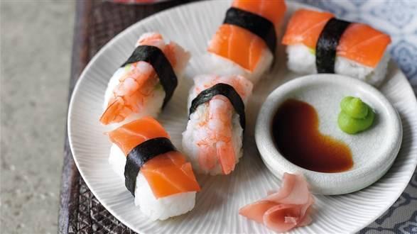 Nigiri sushi z wędzonym łososiem i krewetkami