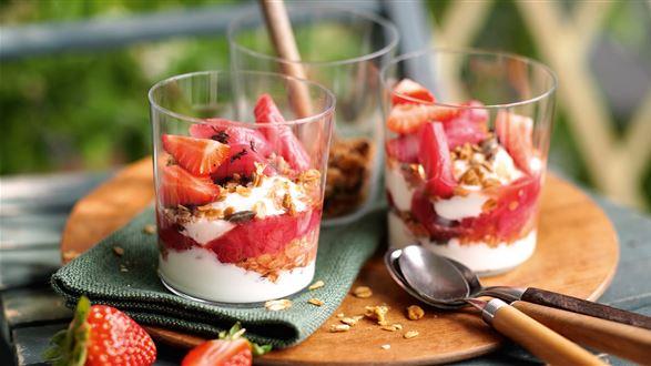 Chrupiące musli z rabarbarem i jogurtem