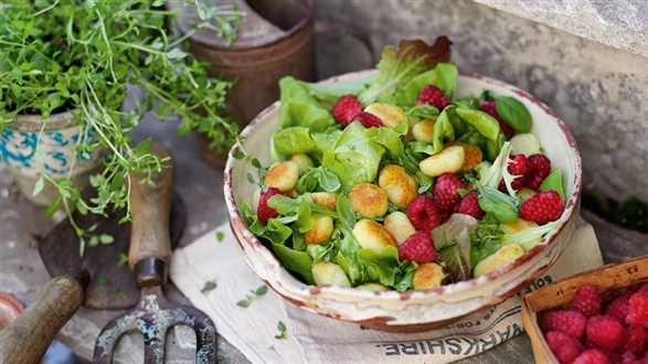 Sałatka z malinami, gnocchi i cytrynowym winegretem