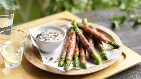 Szparagi zawijane w szynkę z dipem z parmezanu