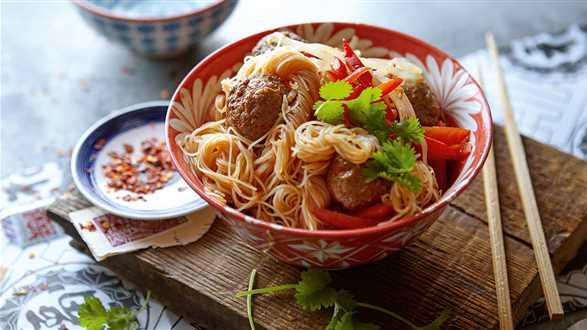 Sałatka z makaronu sojowego podawana z ostrymi klopsikami z mięsa mielonego