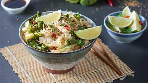 Makaron ryżowy z kurczakiem i warzywami smażony w woku