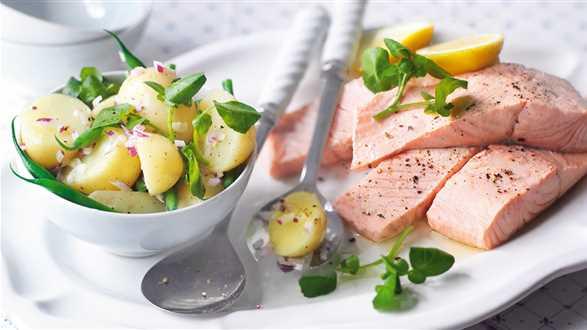 Pikantna sałatka z ziemniakami, fasolką i łososiem