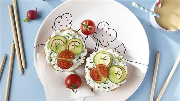 Warzywna kolorowa bułeczka śniadaniowa