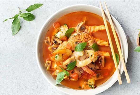 Tajska zupa z pomidorami i pieczonym łososiem