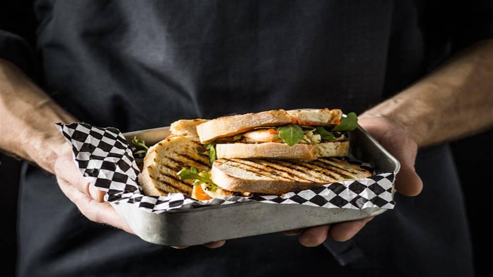 Zapiekane tosty z pieczonym kalafiorem i pastą z papryki