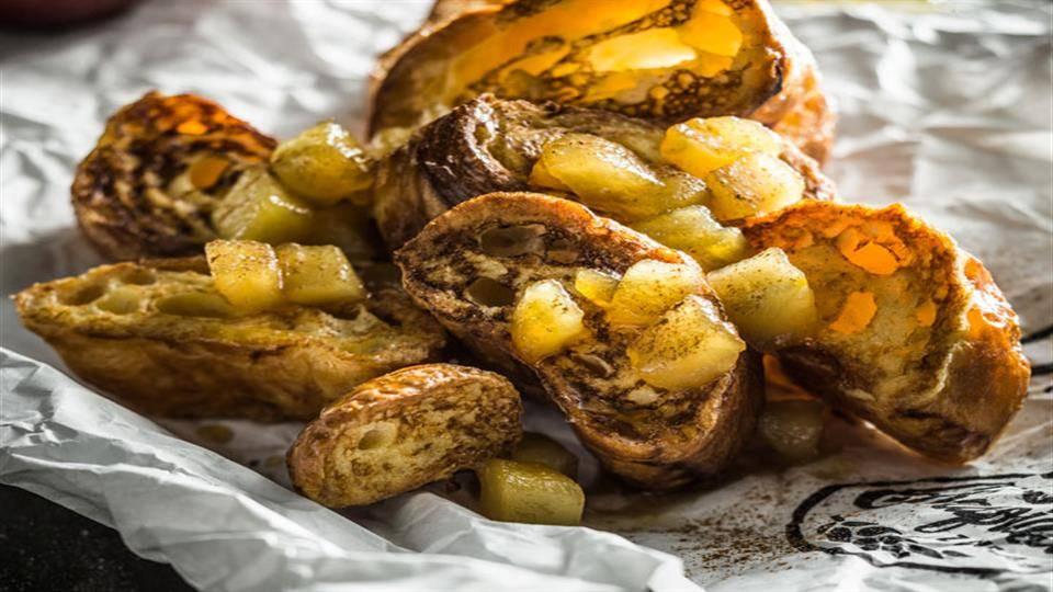 Francuskie tosty z karmelizowanymi jabłkami