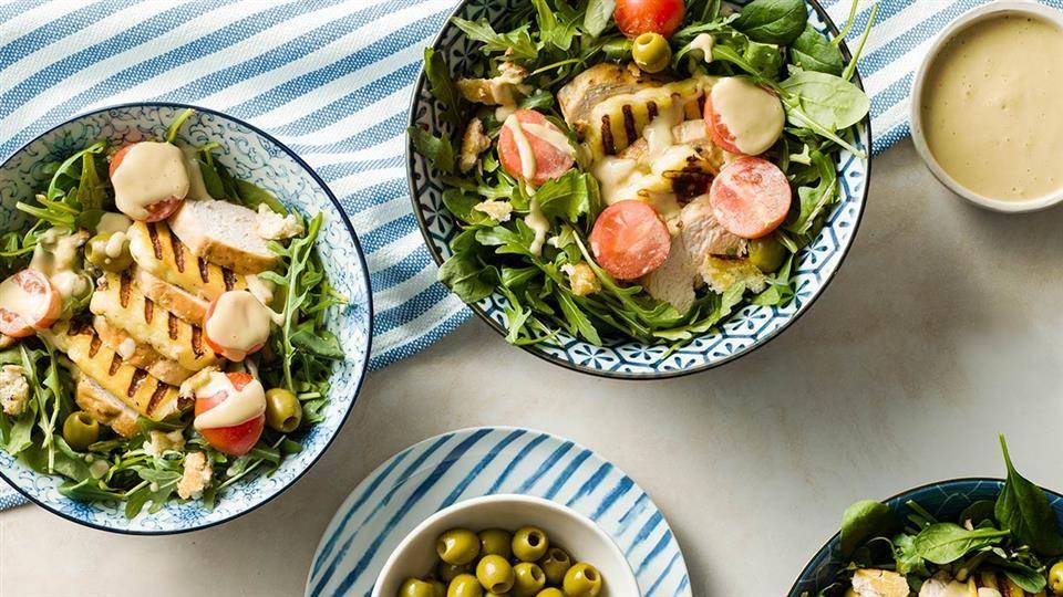 Salatka Ze Smazonym Serem Halloumi Kurczakiem I Sosem Chalwowym