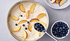 Układamy owoce na cieście i posypujemy cukrem pudrem